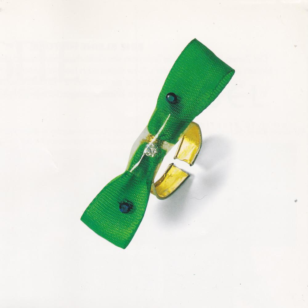 Ein Ring aus Tütenverschluss, grüner Schleife und Diamanten